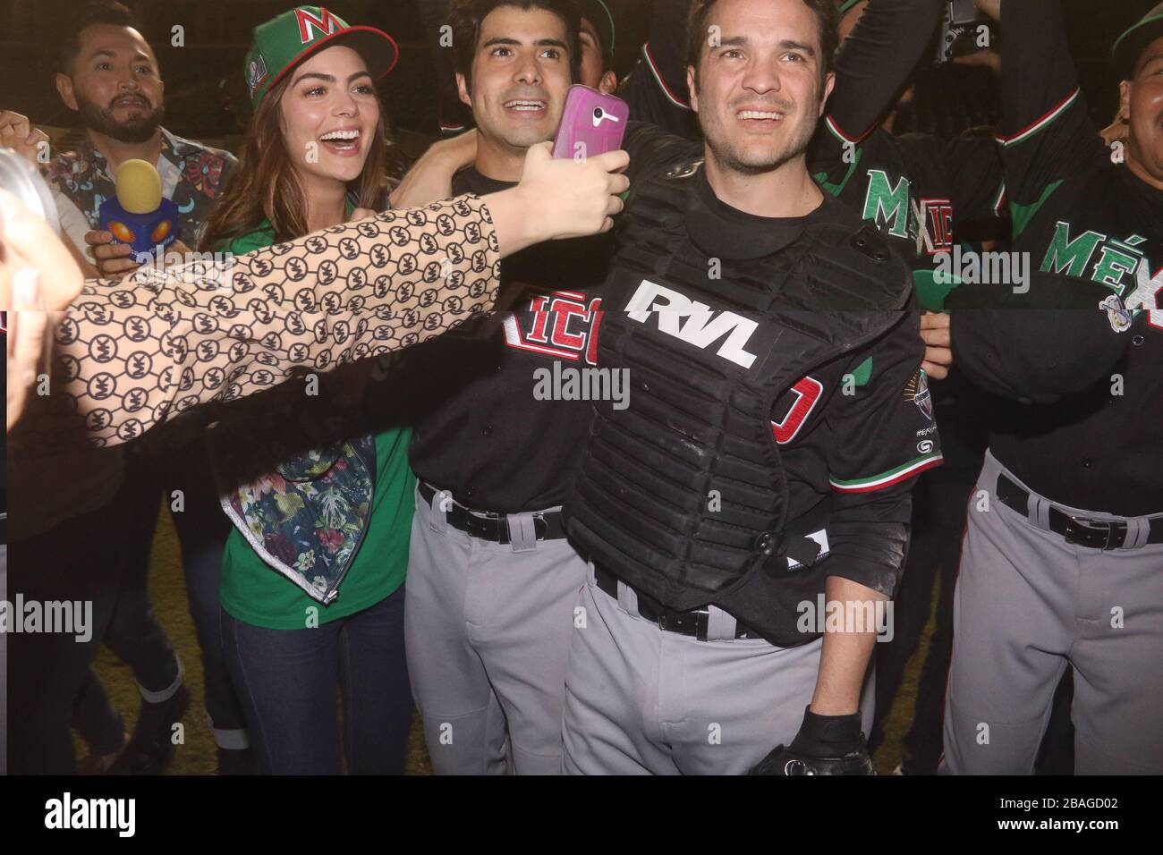 Ximena Navarrete, Jose Angel Bichir y  Kuno Becker  BECKER en la filmacion de la pelicula llamada 108 Costuras.. Filme sobre el Beisbol Mexicano y la Stock Photo