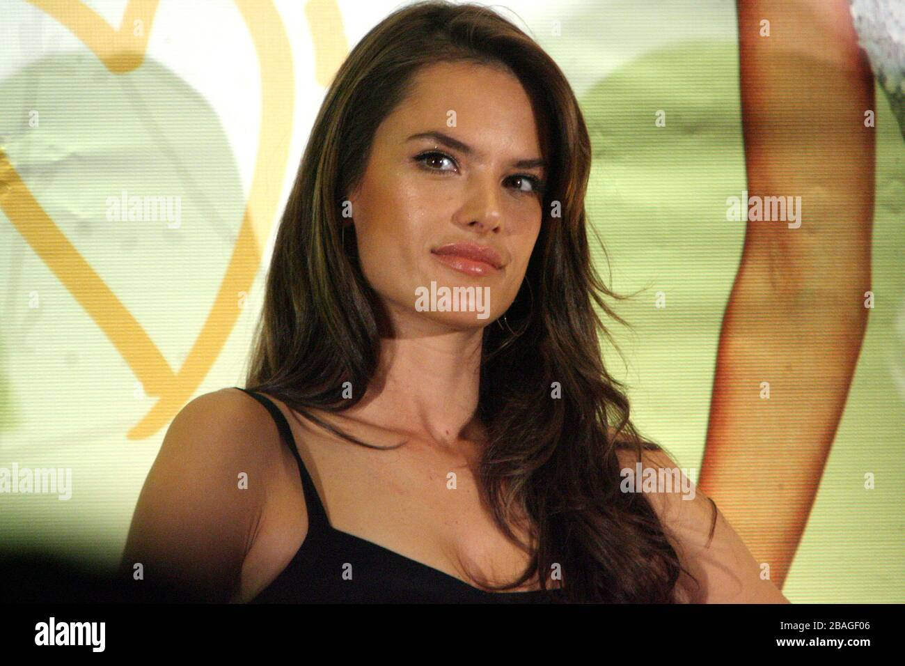 México, D.F.- 05DIC2013 - Four Seasons HotelLa modelo brasileña de Victoria's Secret; Alessandra Ambrosio visita México, para ser imagen de la campaña Stock Photo