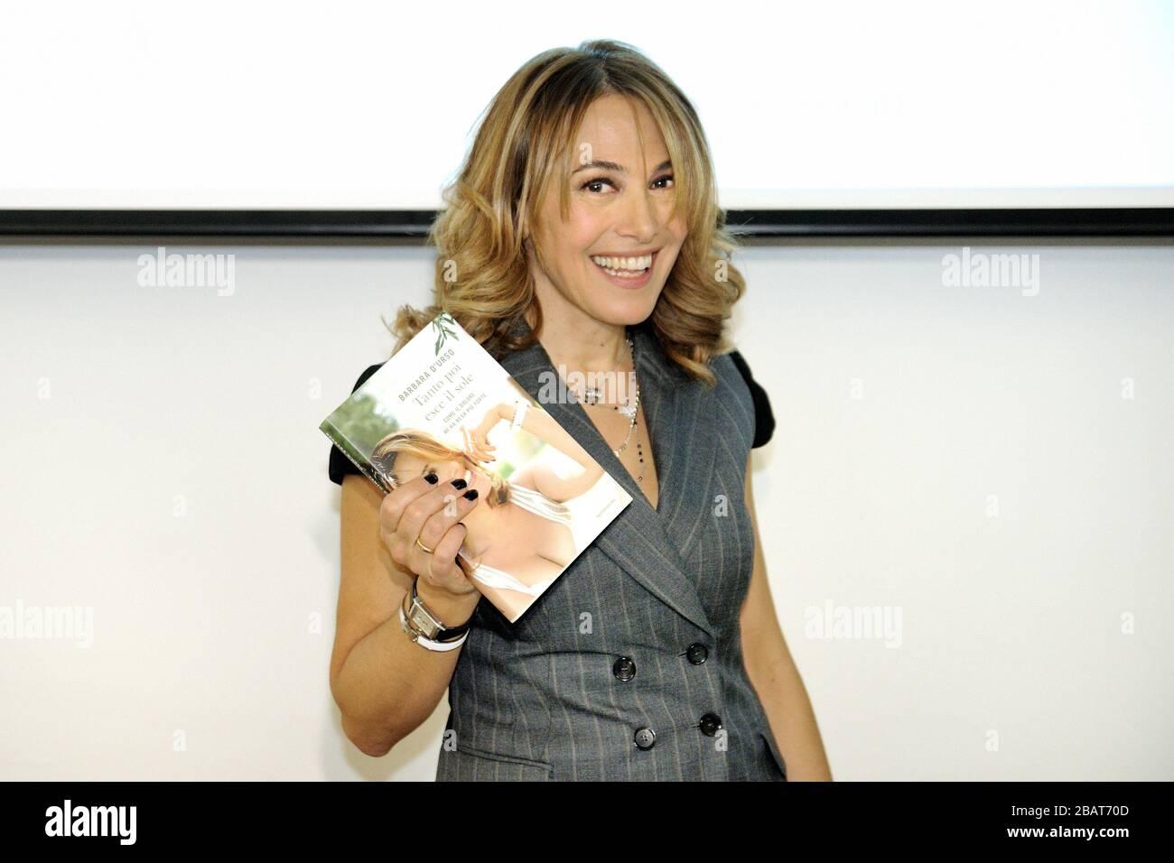 """Barbara D'Urso's book launch """"tanto poi esce il sole"""" Mondadori Milano - February 20th 2011 (presentazione libro Barbara D'urso) Stock Photo"""