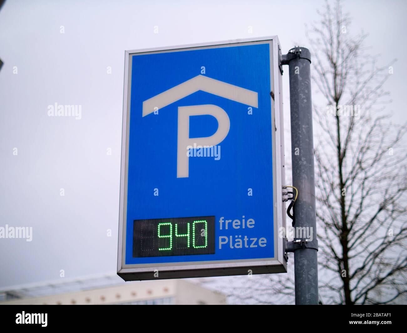 Schild zum Parkplatz mit digitaler Anzeige Stock Photo