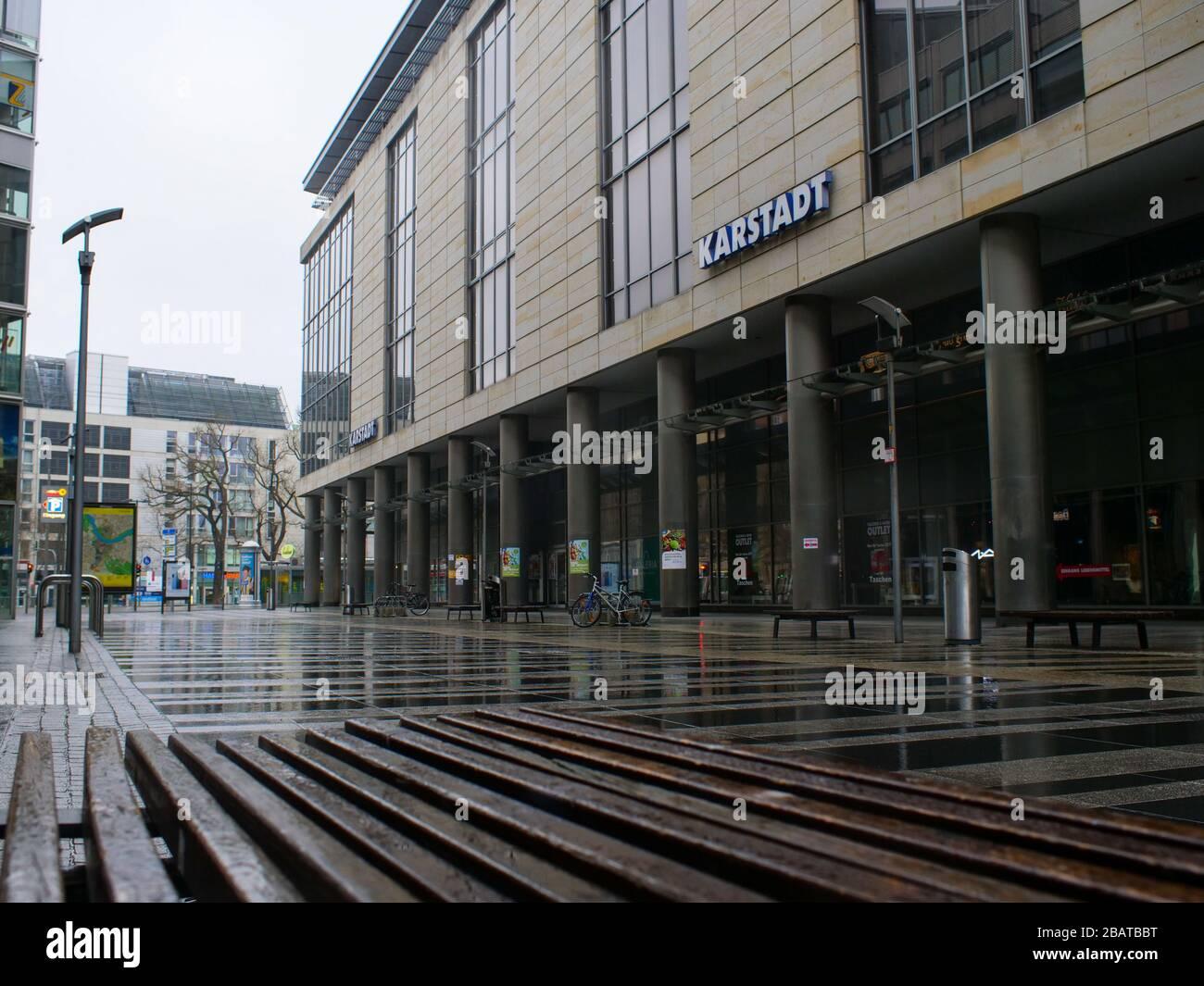 Dresden Prager Straße mit der Karstadt Fassade Stock Photo