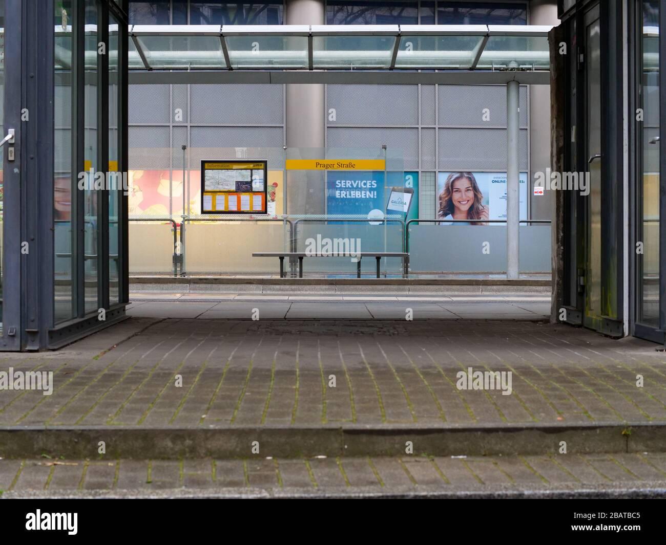 Haltestelle Dresden Prager Straße Werbung leer ohne Menschen Stock Photo