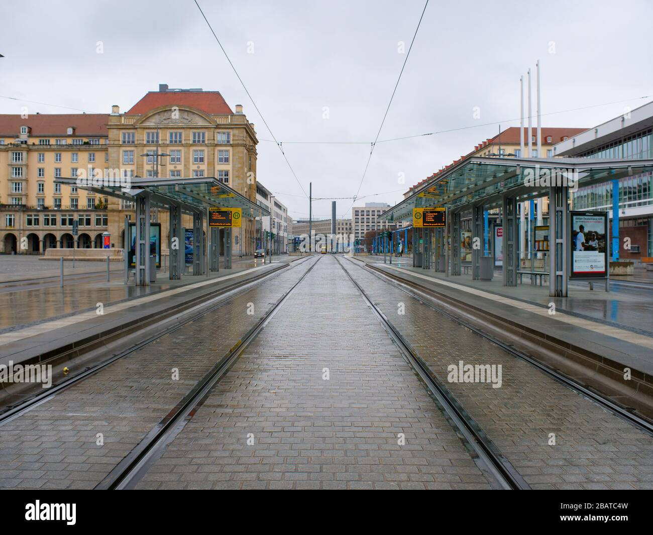 Dresden Altmarkt Tram Haltestelle DVB während Coronavirus Lockdown COVID-19 Ausgangssperre im Regen Stock Photo