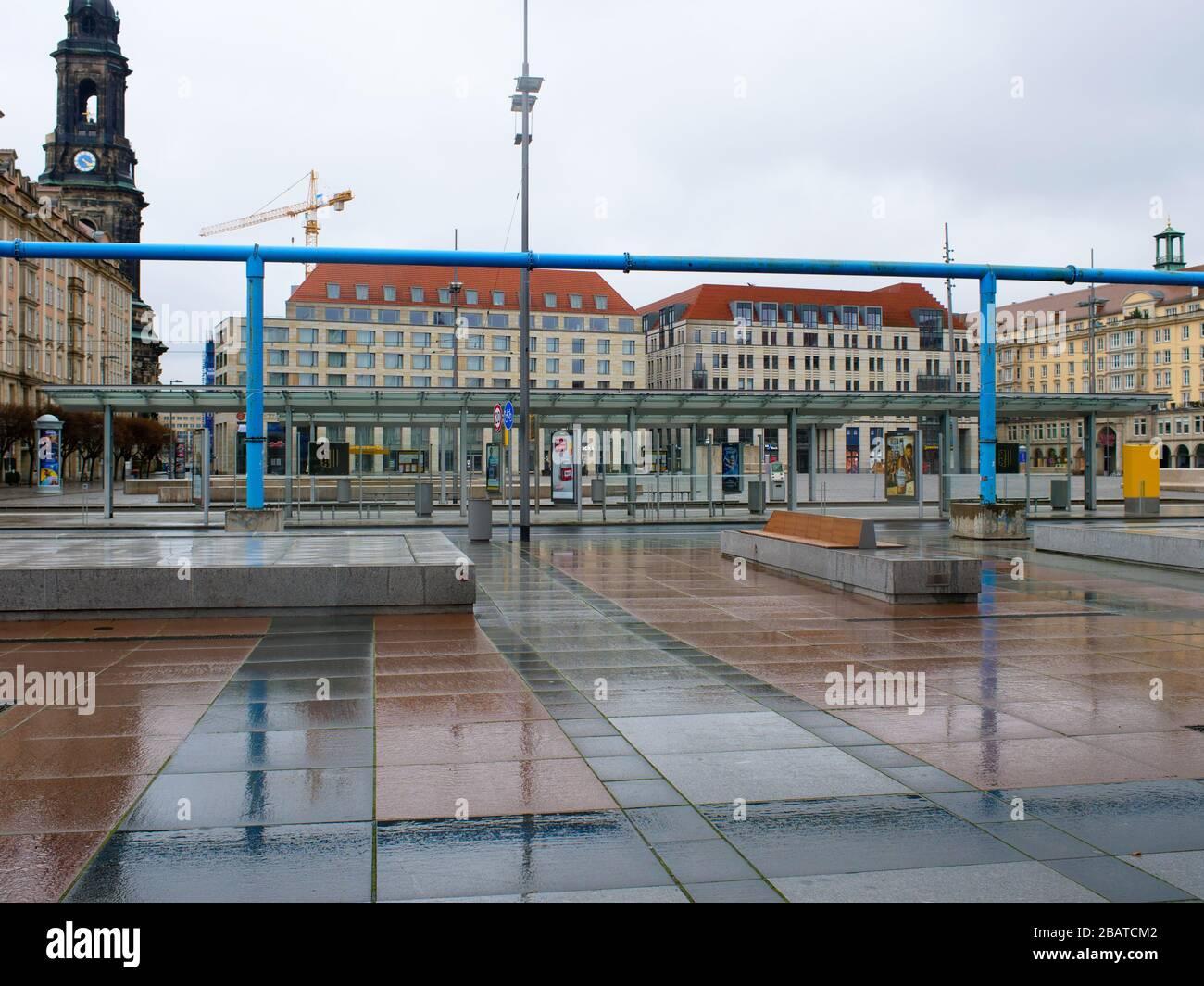 Platz vor dem Kulturpalast in Dresden während Coronavirus Lockdown Wilsdruffer Straße leere Bänke und leere Haltestelle im Regen Stock Photo