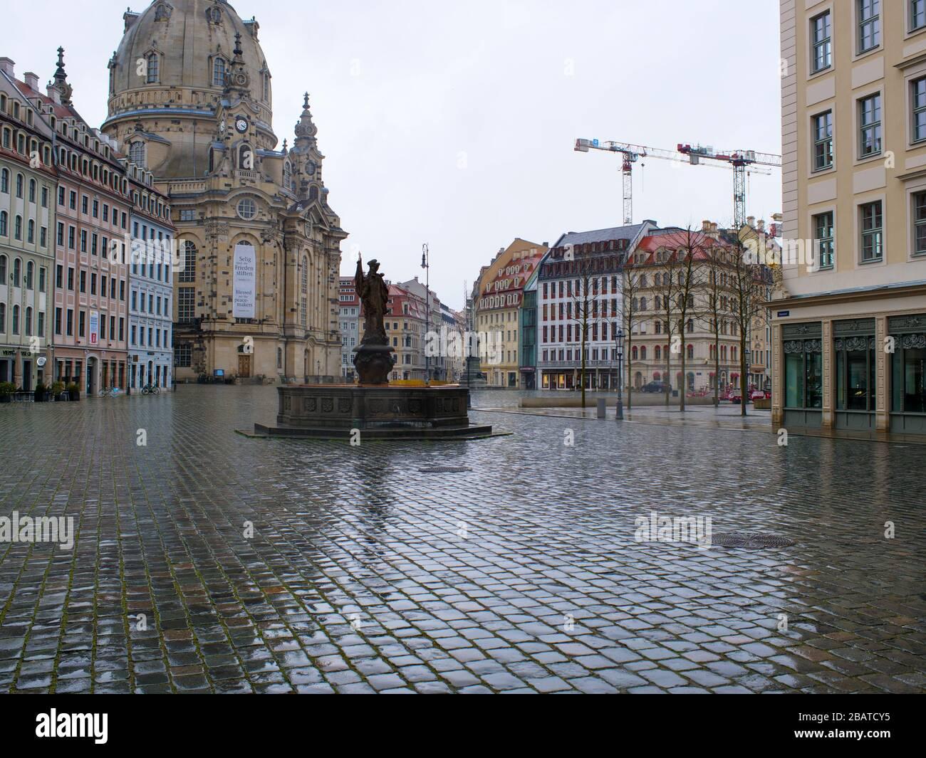 Dresden Neumarkt während Coronavirus Lockdown und Regenwetter Gastronomie Restaurants COVID-19 Ausgangssperre Stock Photo