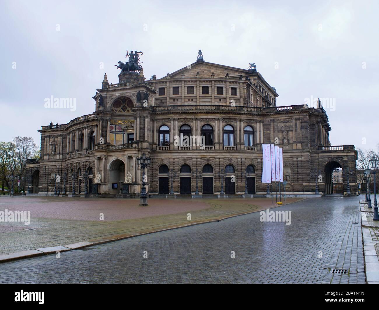 Semperoper Dresden während Coronavirus Lockdown im Regenwetter Opernhaus Oper Stock Photo