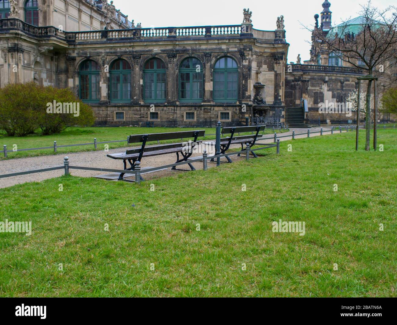 Leere Parkbänke während Coronavirus am Dresden Zwinger Teich Zwingerteich COVID-19 Lockdown 2020 Stock Photo