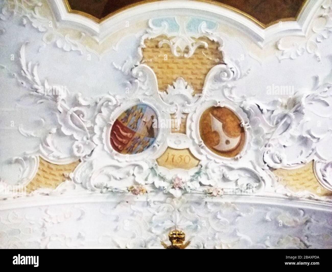 """""""Wallfahrtskirche Zur Schmerzhaften Muttergottes, Matzenhofen, Gemeinde Unterroth, Landkreis Neu-Ulm Wappen am Chorbogen  links (= heraldisch rechts): Wappen der Fugger (wohl Franz Karl Graf Fugger, Herr zu Babenhausen, *1712, †1758) rechts (= heraldisch links): Wappen Reich Reichenstein (wohl Franz Karl Fuggers Ehefrau Maria Josepha Gräfin Reich von Reichenstein, * 1717; † 1771), Wappenbild: in Gold eine silberne Saufeder (Reich v. Reichenstein normalerweise: in Gold eine schwarze Saufeder); August 2009; own photograph by Veit Feger; Photo: Veit Feger; """" Stock Photo"""