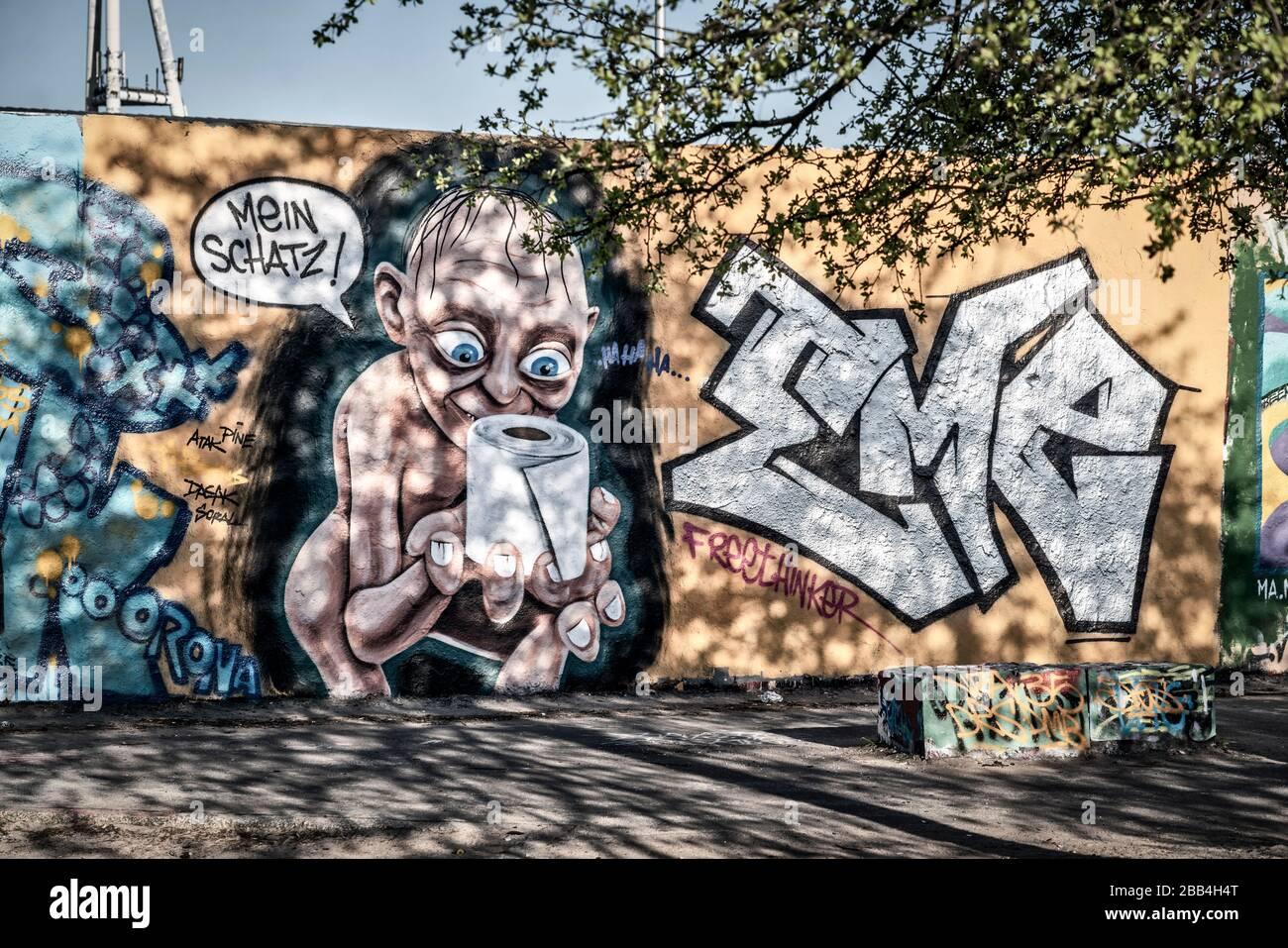 """Graffiti Gollum aus Herr der Ringe mit Klopapier und Sprechblase """" Mein Schatz """" anlaesslich der Corona Krise im  Mauerpark in Berlin Prenzlauer Berg Stock Photo"""