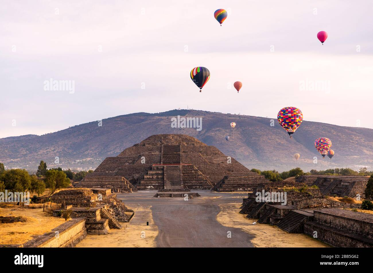 Mexico, Mexico City, Teotihuacán archaeological zone, Mexico's largest pre-Hispanic empire. Hot air balloons at sunrise over the Pyrámide del Sol Stock Photo