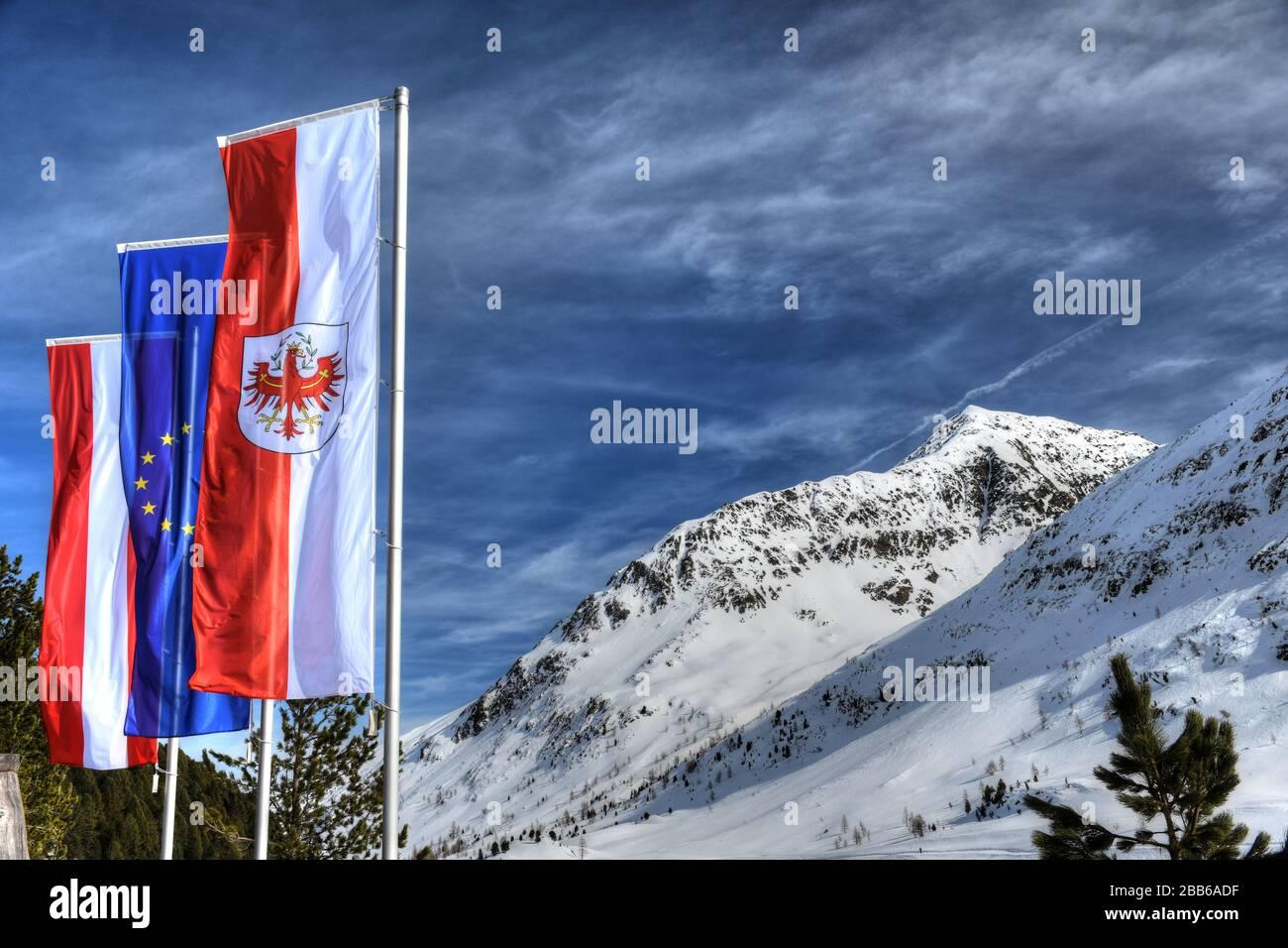 Staller Sattel, Stallersattel, Fahne, Flagge, Fahnenmast, Tirol, Österreich, EU, Himmel, wehen, Bundesland, Nation, Europa, Deferegger Alpen, Winter, Stock Photo