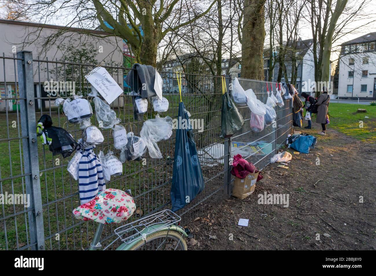 Gabenzaun mit Spenden für Obdachlose und Bedürftige, Lebensmittel, Hygieneartikel, Kleidung, in Essen Rüttenscheid, Auswirkungen der Coronakrise in De Stock Photo