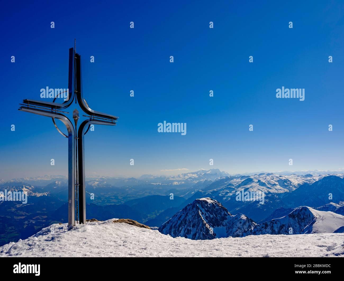 Summit cross of the Hoher Goell, behind Dachstein and Tennengebirge, in winter, Berchtesgaden Alps, Berchtesgaden National Park, Berchtesgadener Stock Photo