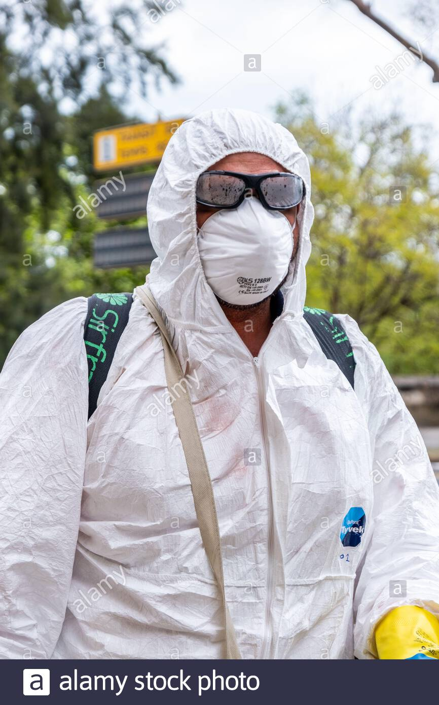 Valencia, Spain; 1st apr 2020: Cleaning and disinfection brigade during the coronavirus pandemic. They are in charge of the disinfection of urban furniture. Credit: Media+Media/Alamy Live News Stock Photo