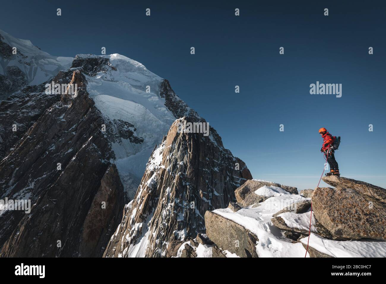GUIDE ON THE RIDGE OF THE POINTES LACHENAL AT THE FOOT OF THE SERACS DU MONT BLANC, CHAMONIX-MONT-BLANC, HAUTE-SAVOIE (74), FRANCE Stock Photo