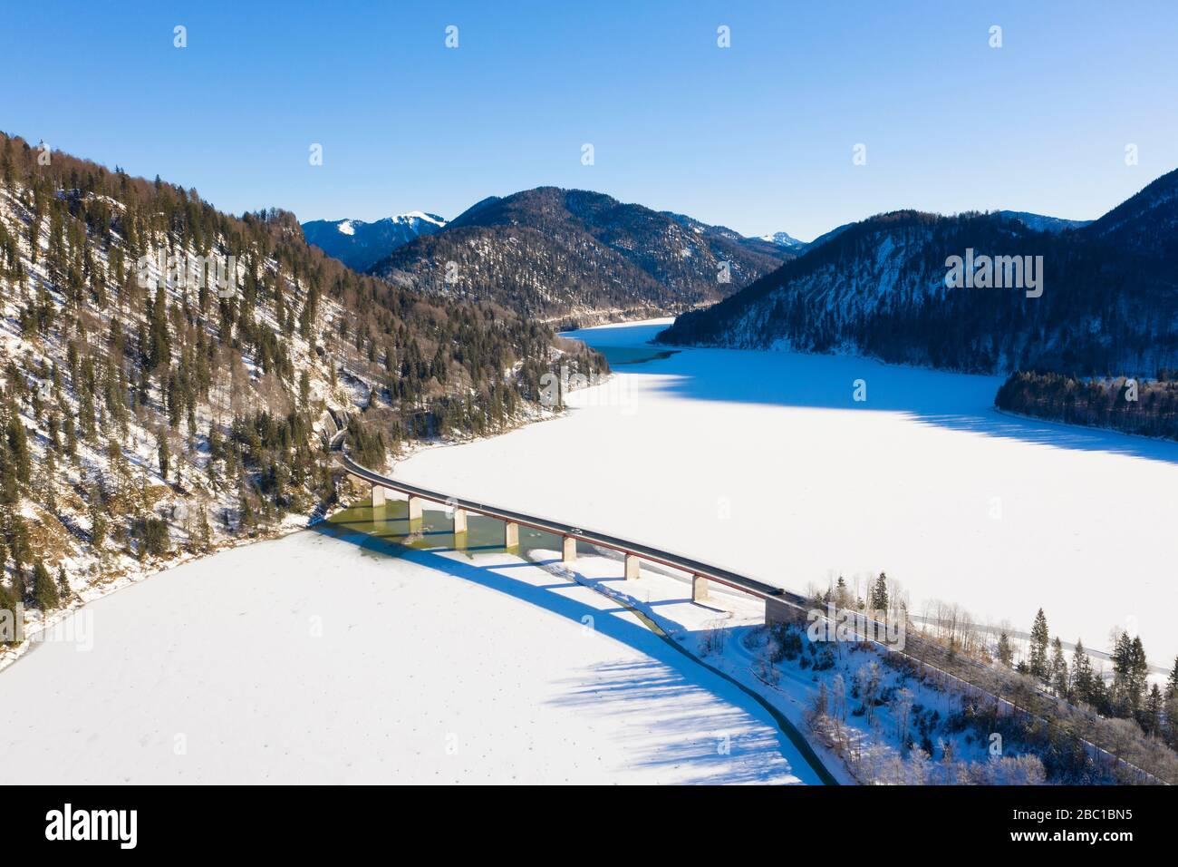 BrŸcke Ÿber Sylvensteinsee, Luftaufnahme , Lenggries, Isarwinkel, Oberbayern, Bayern, Deutschland Stock Photo