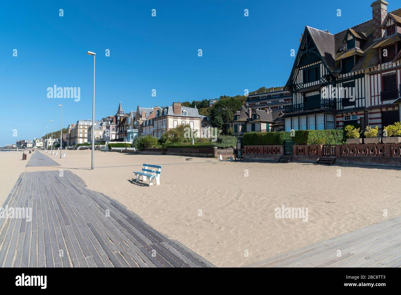 Promenade Am Strand Von Trouville Sur Mer Normandie Frankreich Stock Photo Alamy