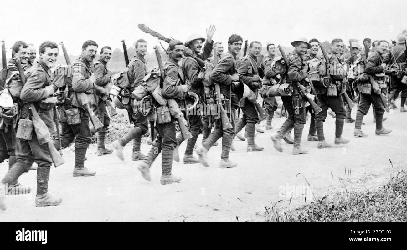 BATTLE OF THE SOMME    Soldiers of the East Yorkshire Regiment on the way to the front 3 July 1916 Stock Photo