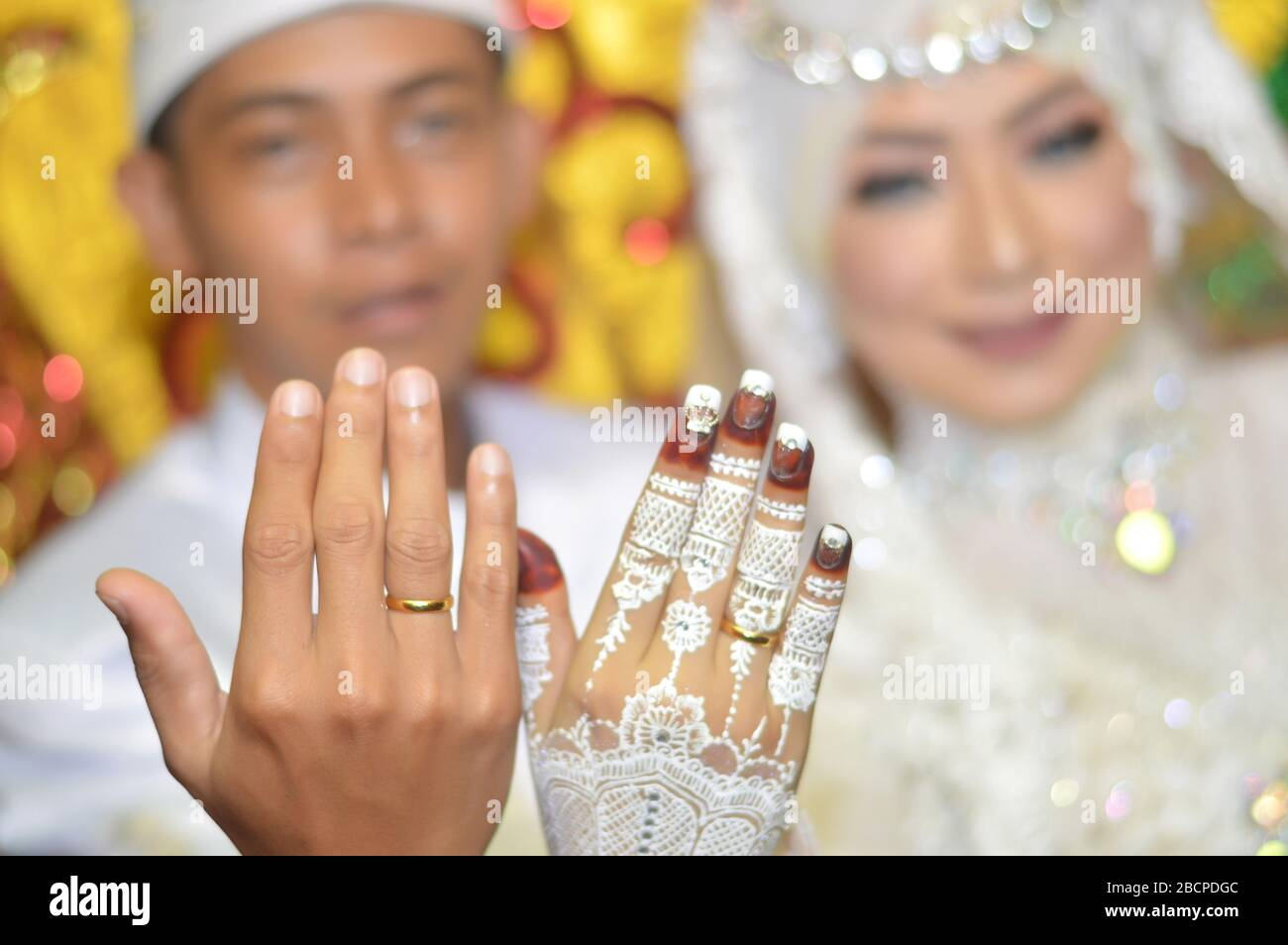 Tarakan Indonesia 6 December 2018 Indonesian Brides In White Kebaya Show Awin Rings On Their Fingers Stock Photo Alamy