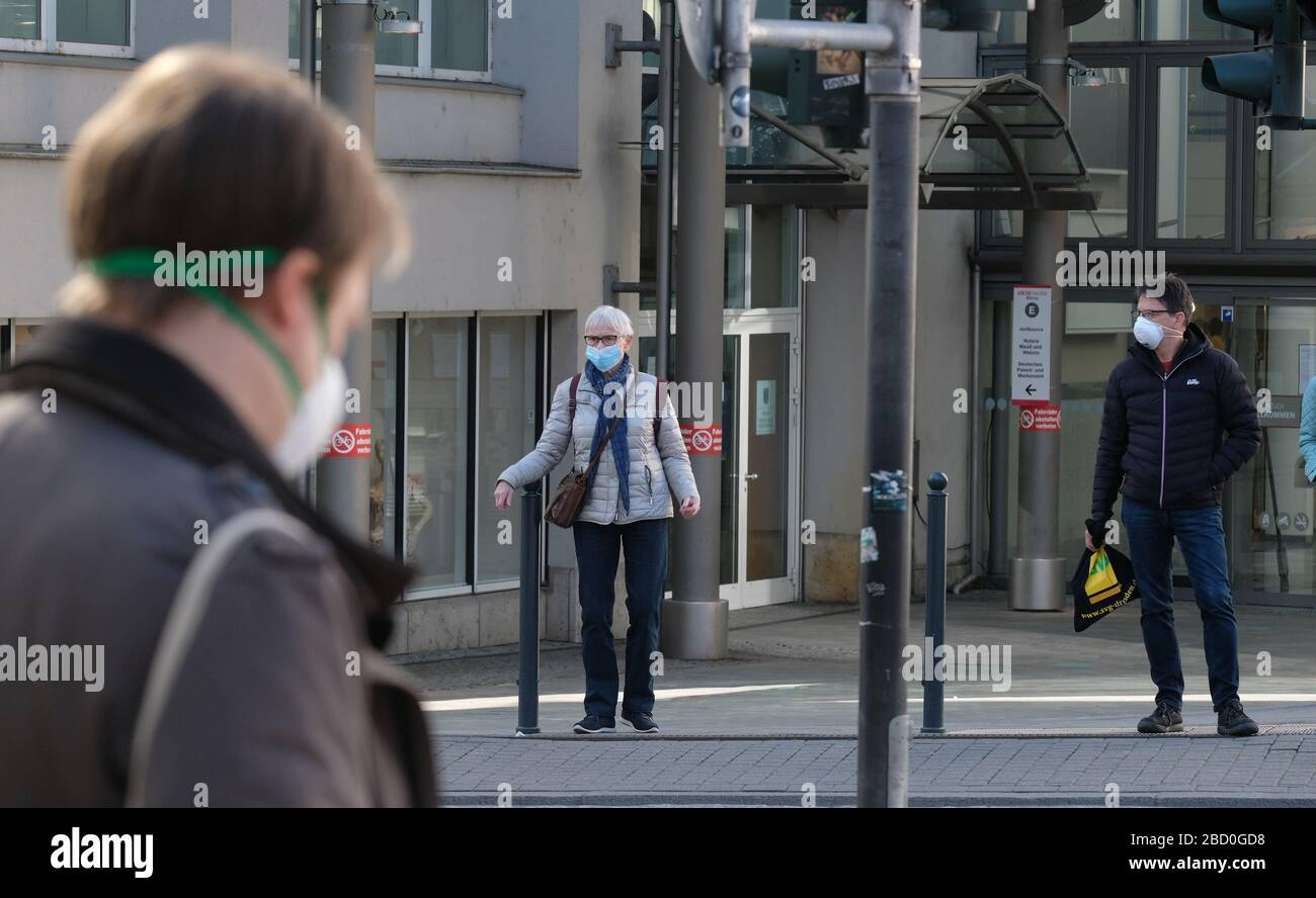 Jena, Germany. 06th Apr, 2020. Passers-by in the city centre. From 06.04.2020, persons in public spaces are obliged to wear a mouthguard. Credit: Sebastian Willnow/dpa-Zentralbild/dpa/Alamy Live News Stock Photo