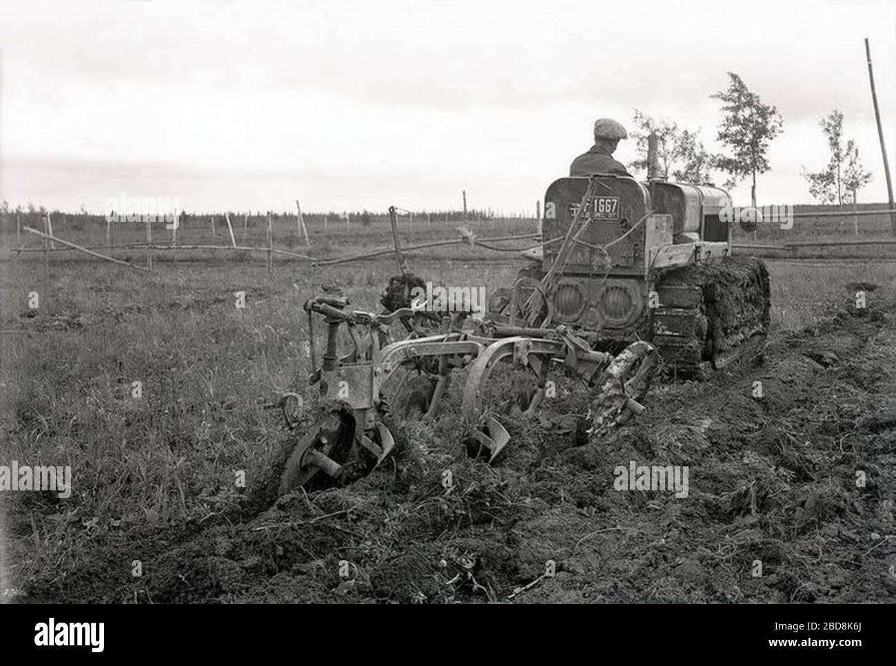 """""""Français: Labour mécanisé à l'aide d'un bulldozer sur le lot d'un colon, Abitibi Les dépôts argileux, laissés par la disparition du lac Ojibway-Barlow durant la période glaciaire, ont fait en sorte que les sols de l'Abitibi sont durs et compacts. Il faut donc travailler très fort pour les irriguer convenablement. Ici, même s'il a tendance à compacter le sol, un bulldozer est utilisé pour tirer une charrue.; 1937; https://www.flickr.com/photos/banq/36648968385/in/album-72157687673108316/; BAnQ Rouyn-Noranda - Fonds: Canadien National - Cote: 08Y P213,P6 - Photographe: Inconnu; """" Stock Photo"""