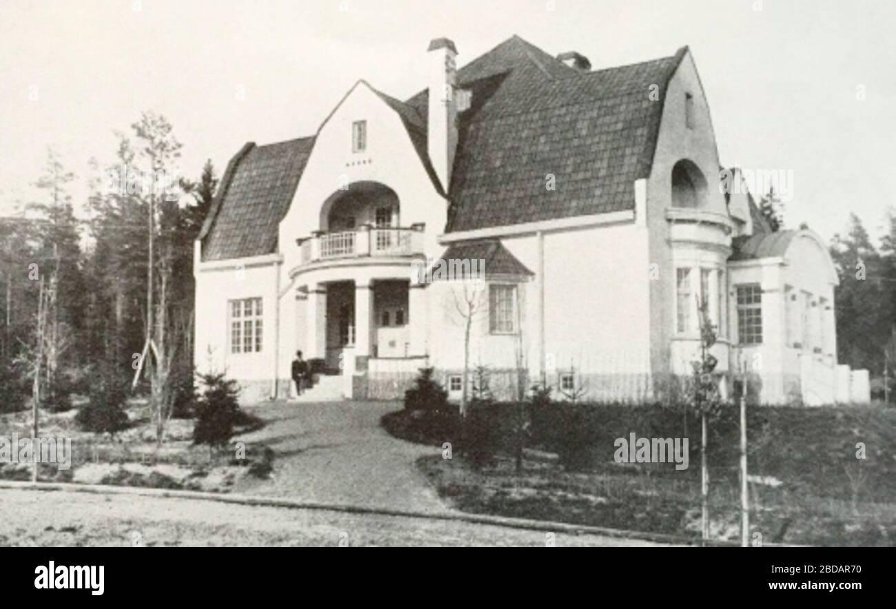 """""""Svenska: Abeniuska villan, Brevik, Lidingö; 1913; Stockholms förstäder och villasamhällen, 1913 (https://libris.kb.se/bib/1633736),  Nya Meddelanden från Högberga-Breviks villaägareförening. Våren 2016. (http://docplayer.se/39421062-Nya-meddelanden-fran-hogberga-breviks-villaagareforening-varen-2016.html); Unknown author; """" Stock Photo"""