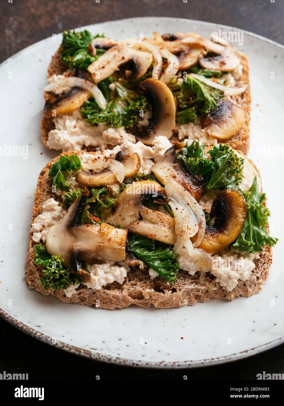 15+ Vegan Ricotta, Mushrooms and Kale on Toast Stock Photo   Alamy Fotografie