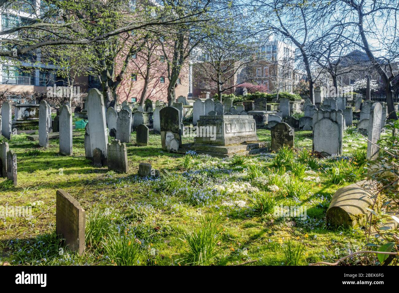 UK, England, London. Bunhill Fields: an ancient burial ground where John Bunyan, William Blake and Daniel Defoe are buried Stock Photo