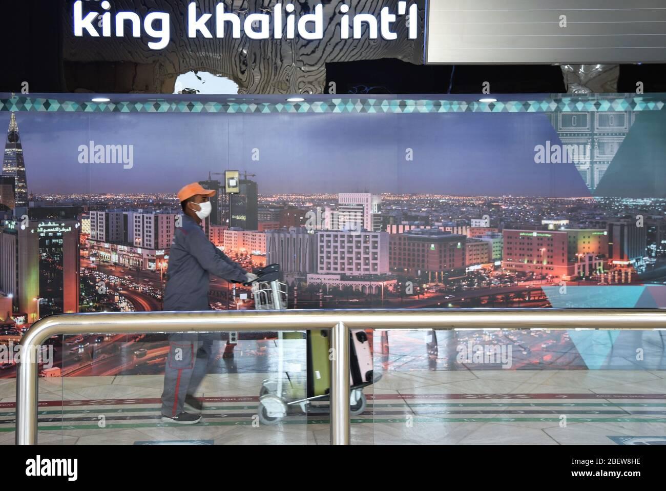 Riyadh Saudi Arabia 15th Apr 2020 A Man Wearing A Face Mask Walks At The King