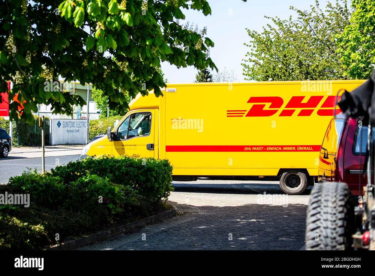 EIn Fahrzeug des Paketdienstleisters DHL liefert im Willicher Industriegebiet Pakete. Aktuell ist DHL wegen der Corona-Krise stark belastet. Stock Photo