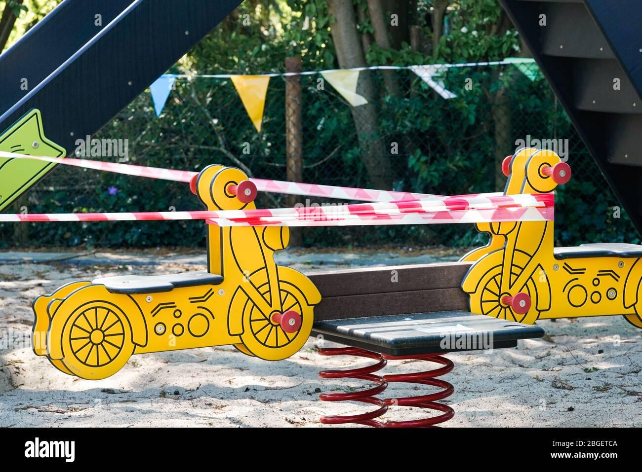 Dortmund, 21.4.2020: Wegen der Coronakrise (Covid-19,  SARS-CoV-2) und zum Schutz vor Neuinfektionen gesperrter Kinderspielplatz in einer Kleingartenanlage in Dortmund.   ---   Dortmund, Germany, April 21, 2020: Because of the coronavirus crisis (Covid-19, SARS-CoV-2) and children's playground locked in Dortmund to protect against new infections. Stock Photo