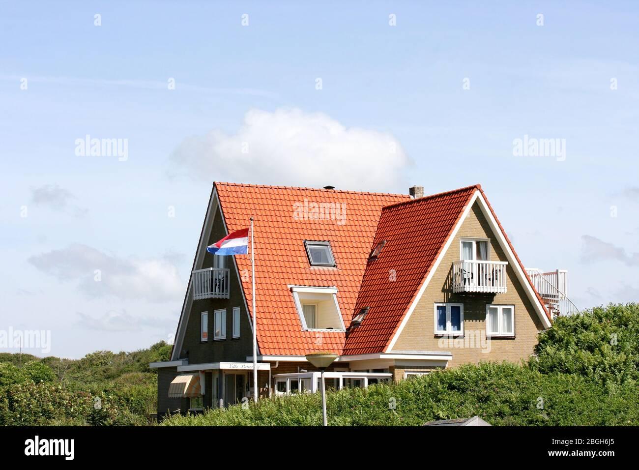 CopyA cottage in the North Sea dunes of the Netherlands Ein Ferienhaus in den Nordseedünen der Niederlande Stock Photo