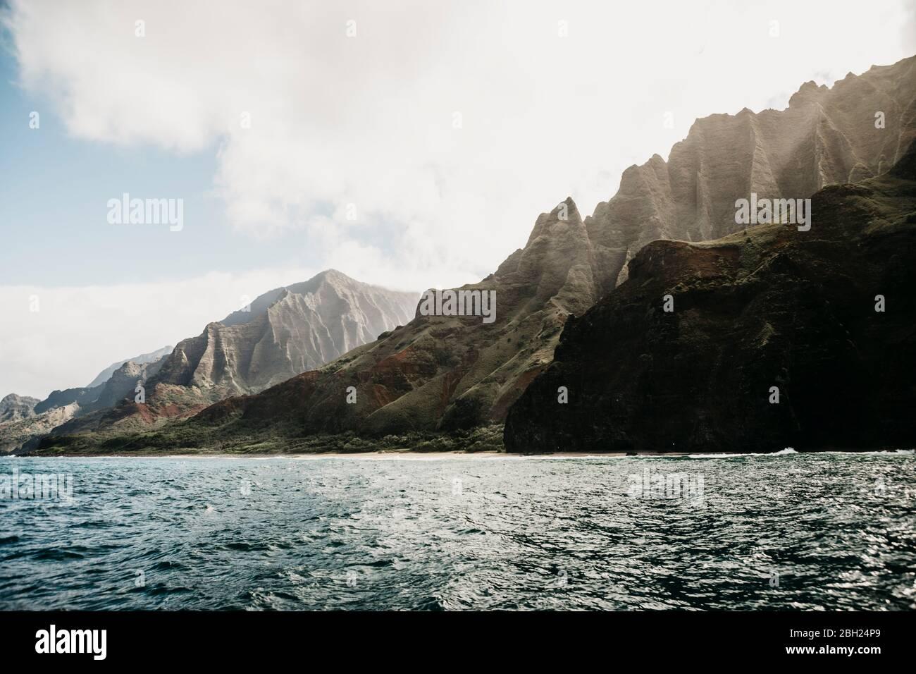 Idyllic view of mountain range and sea at Nā Pali Coast State Wilderness Park, Kauai, Hawaii, USA Stock Photo