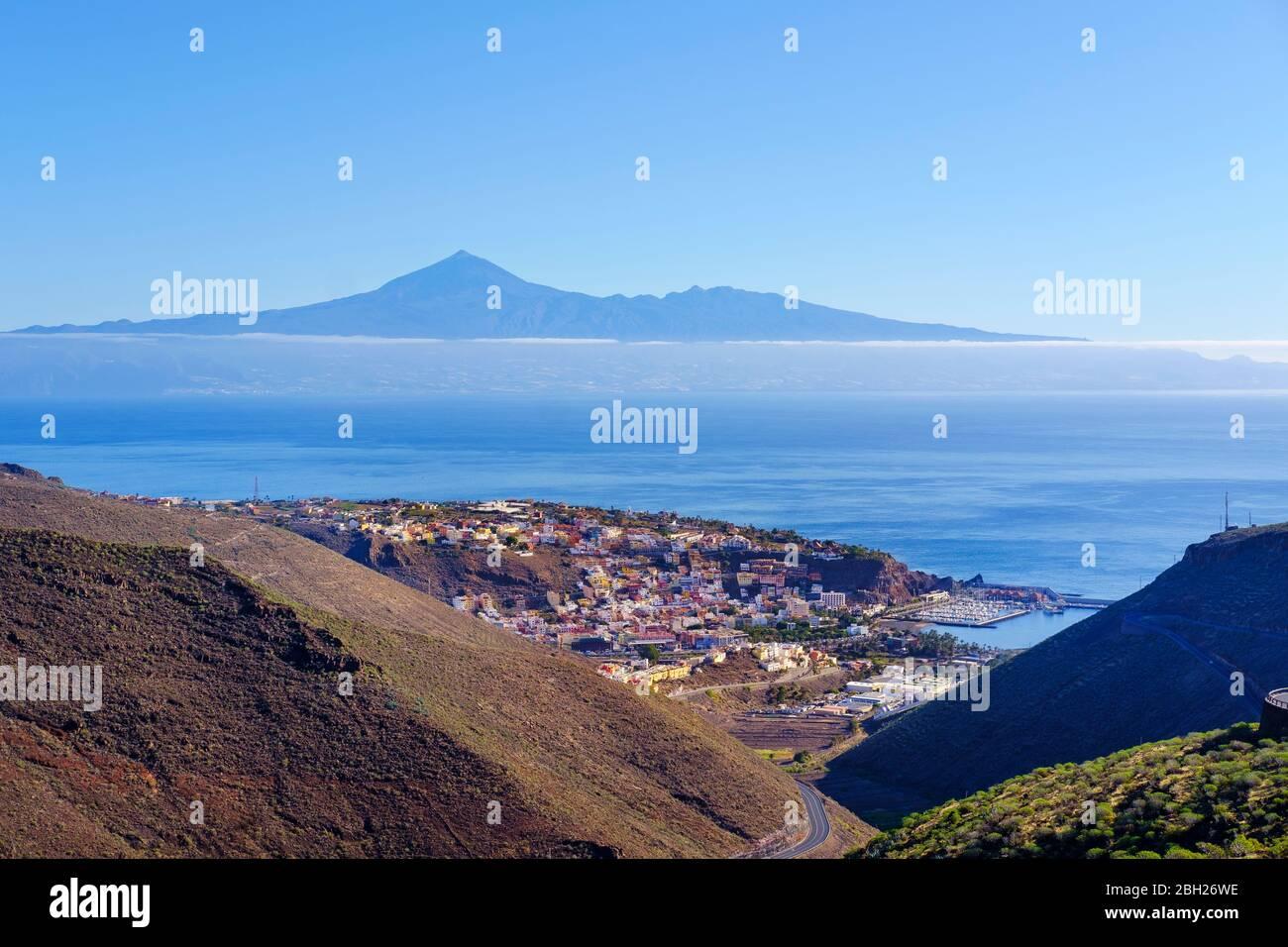 Spain, Province of Santa Cruz de Tenerife, SanSebastiandeLa Gomera, Coastal town with Tenerife island in distant background Stock Photo