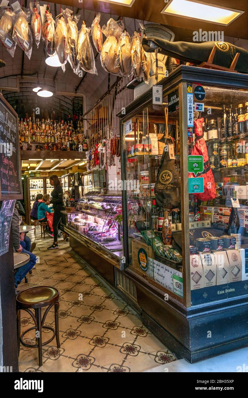 Small Gourmet shop in old city center of Barcelona, Spanien Stock Photo