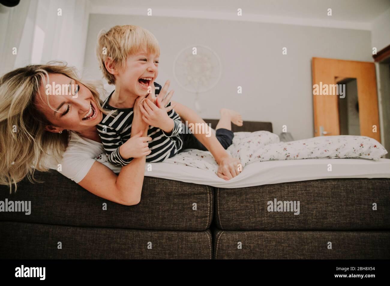 Sohn bett mit mutter im Mutter Mit