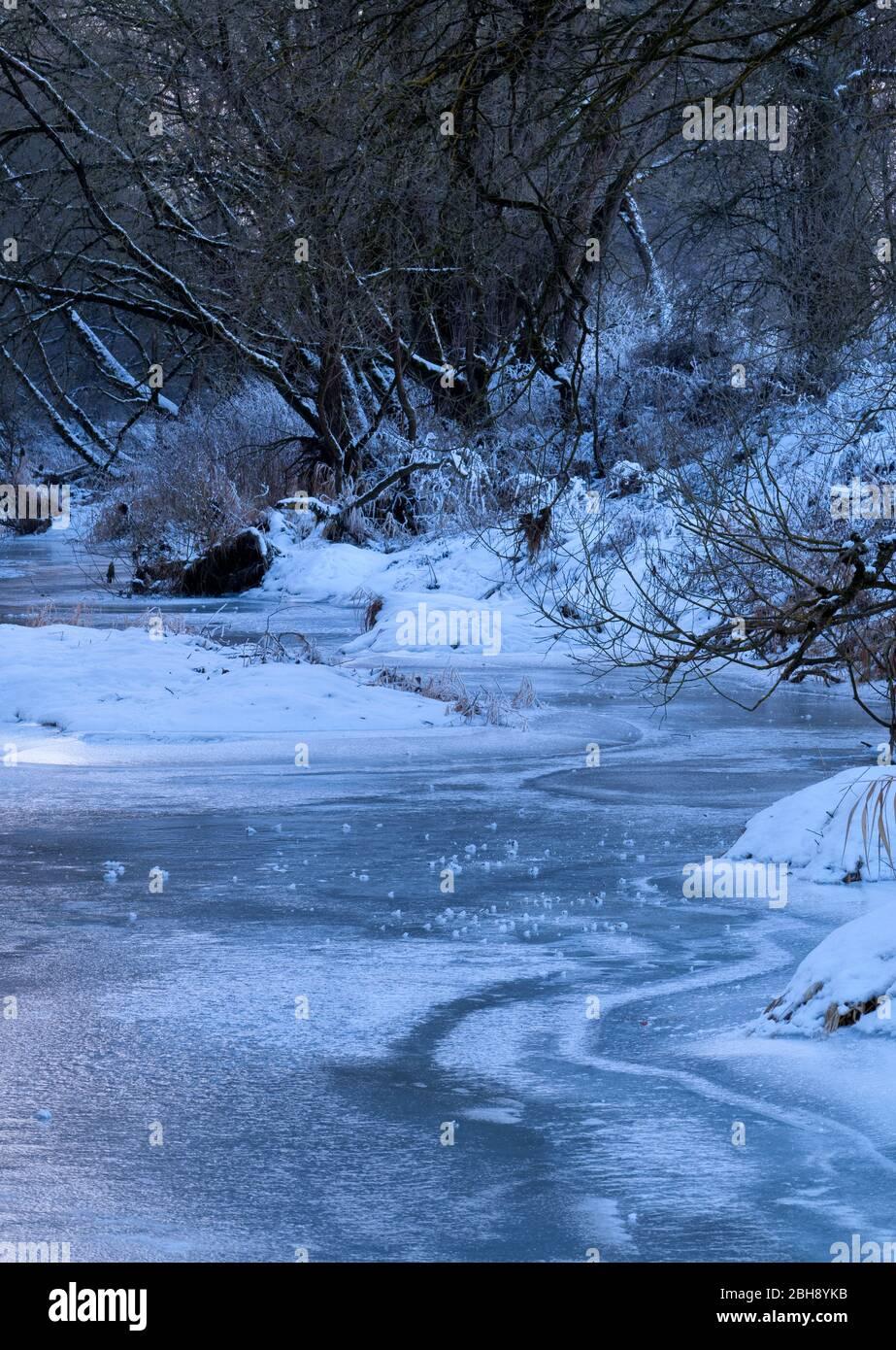 Europa, Deutschland, Hessen, Burgwald, Naturpark Kellerwald-Edersee, Frost am Eder-Fluss bei Birkenbringhausen, Winterstimmung mit Eis und Schnee Stock Photo