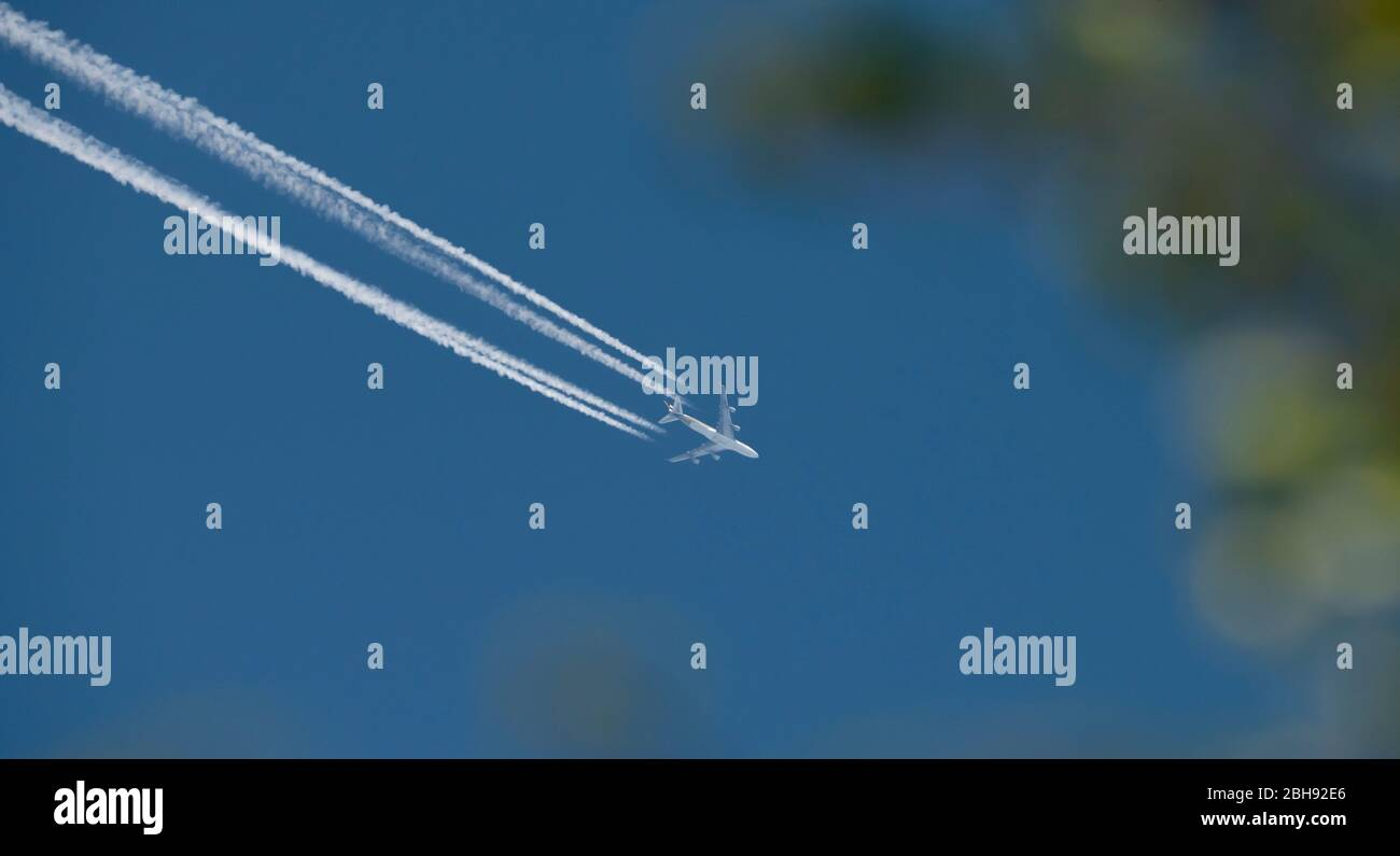 London, UK. 24th April 2020. Day 32 of Coronavirus lockdown in UK, and Singapore Airways aircraft overflies London at altitude with vapour trail eastbound. Credit: Malcolm Park/Alamy. Stock Photo