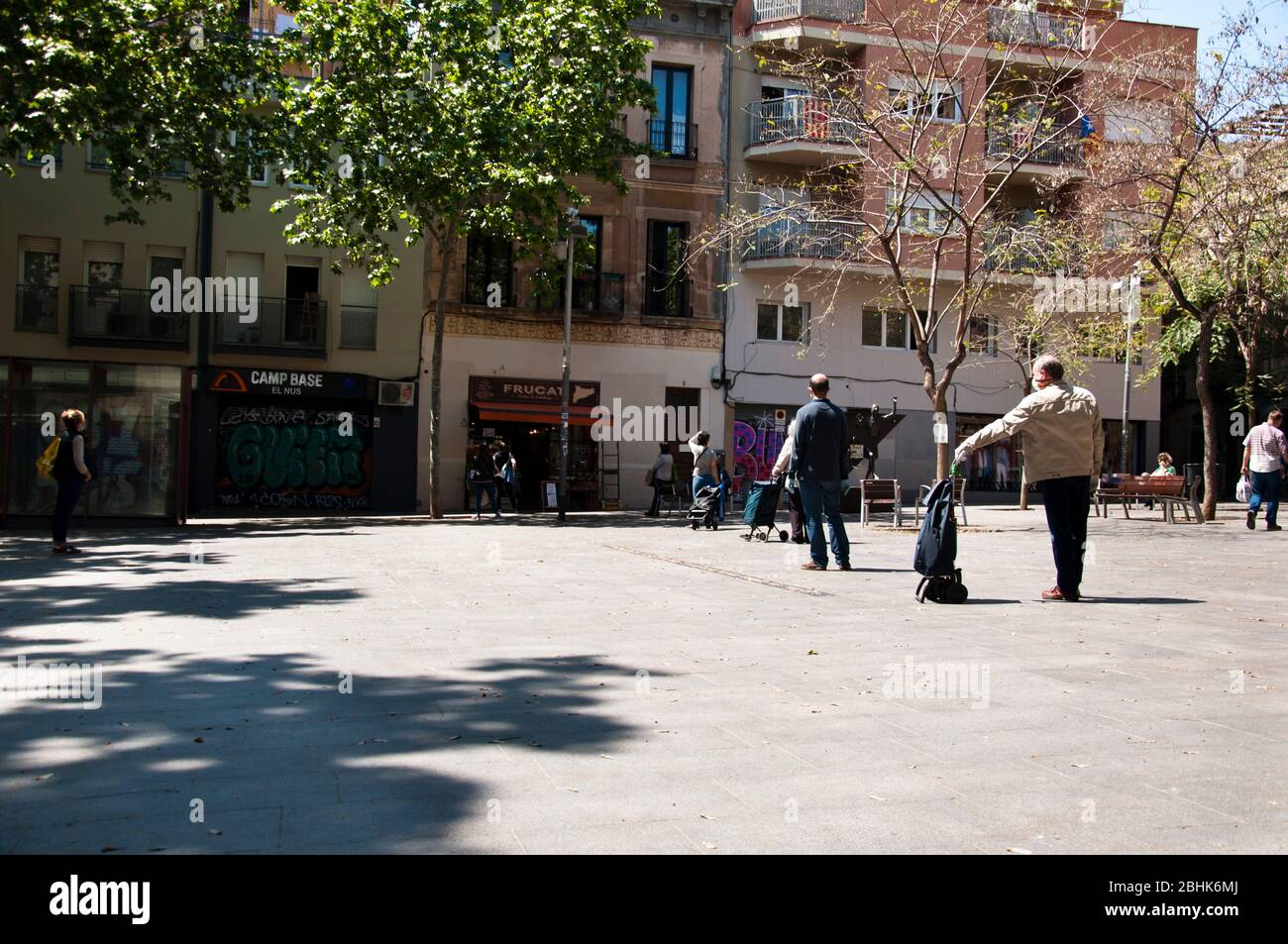 Personas guardan distancia esperando para comprar en una frutería, Cuarentena 25 abril 2020, Gracia District, Barcelona, España. Stock Photo