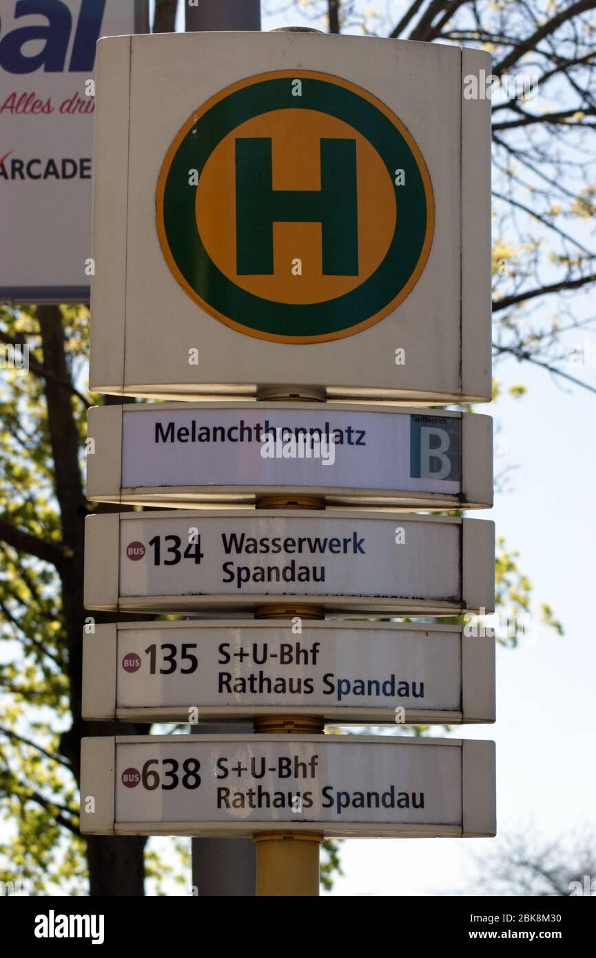 Haltestelle am Spandauer Melanchthonplatz an der Kreuzung Wilhelmstraße Adamstraße Schmidt-Knobelsdorf-Straße Stock Photo