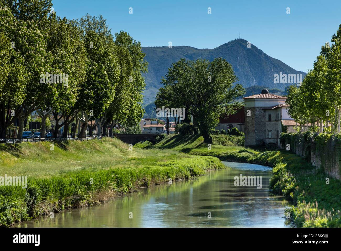 The Topino river, on the outskirts of Foligno, cuts through the Umbrian countryside with the Apennines in the distance, Italy Stock Photo