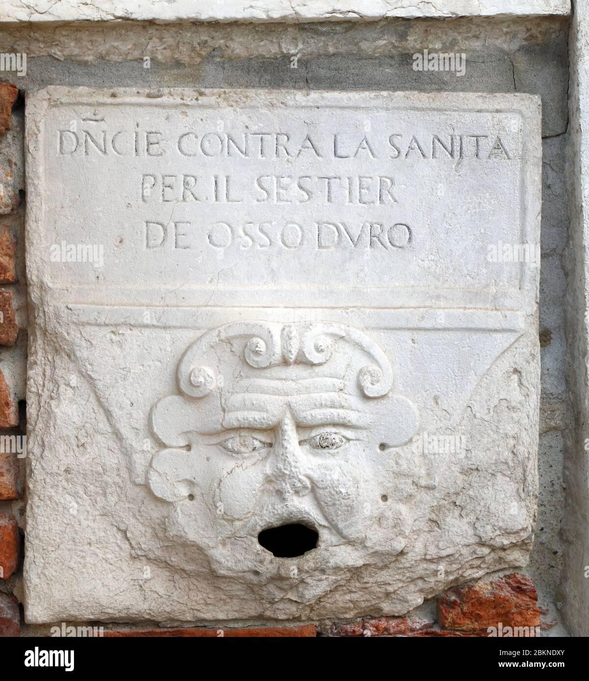 I/Venedig: Bocca  di Leone (Löwenmaul) an der Kirche Santa Maria della Visitazione. Briefkasten zum Einwerfen von anonymen Anzeigen und Denunziationen Stock Photo