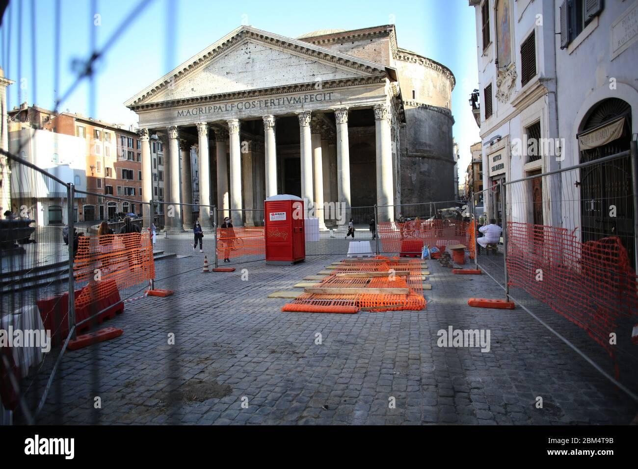Italia. 06th May, 2020. Roma, Italy 6 maggio 2020: Lavori a piazza del Phanteon, ritrovato un antico pavimento imperiale, durante la fase 2 dell'emergenza Covid-19, dopo due mesi di quarantena nella città di Roma. Credit: Independent Photo Agency/Alamy Live News Stock Photo