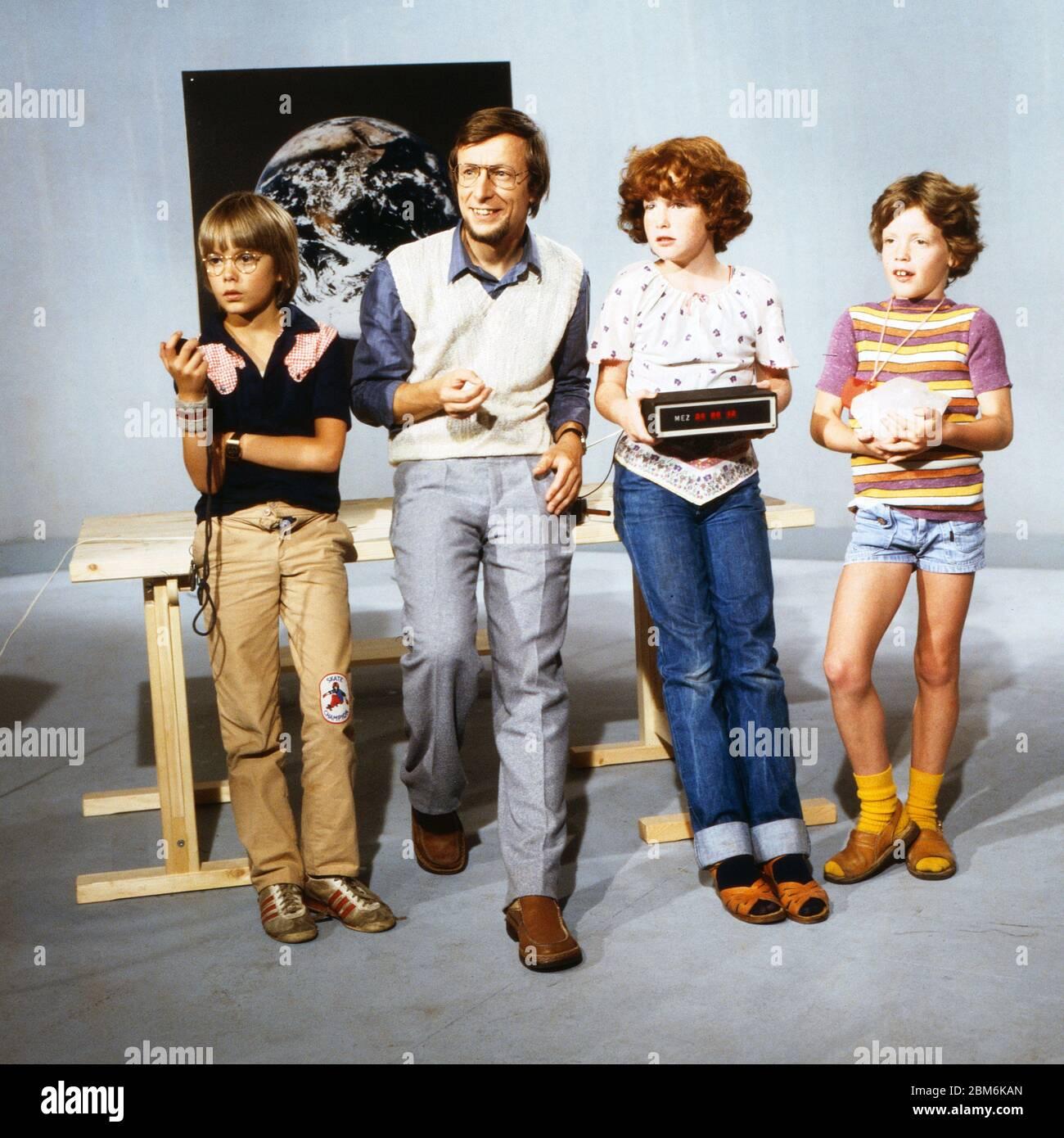 Technik für Kinder, Fernsehserie, Deutschland 1975 - 1980, Folge: Wie kann man Zeit messen, Moderator: Volker Arzt mit Kindern Stock Photo