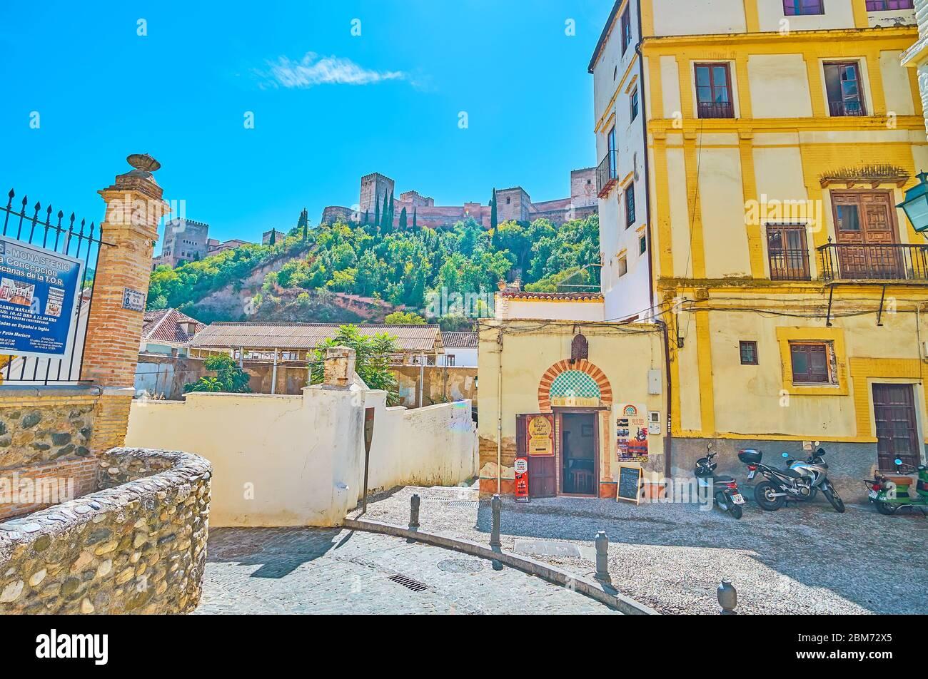GRANADA, SPAIN - SEPTEMBER 25, 2019: Tiny Plazeta de la Concepcion square with medieval house of Teteria El Banuelo cafe and a view on Sabika hill, to Stock Photo