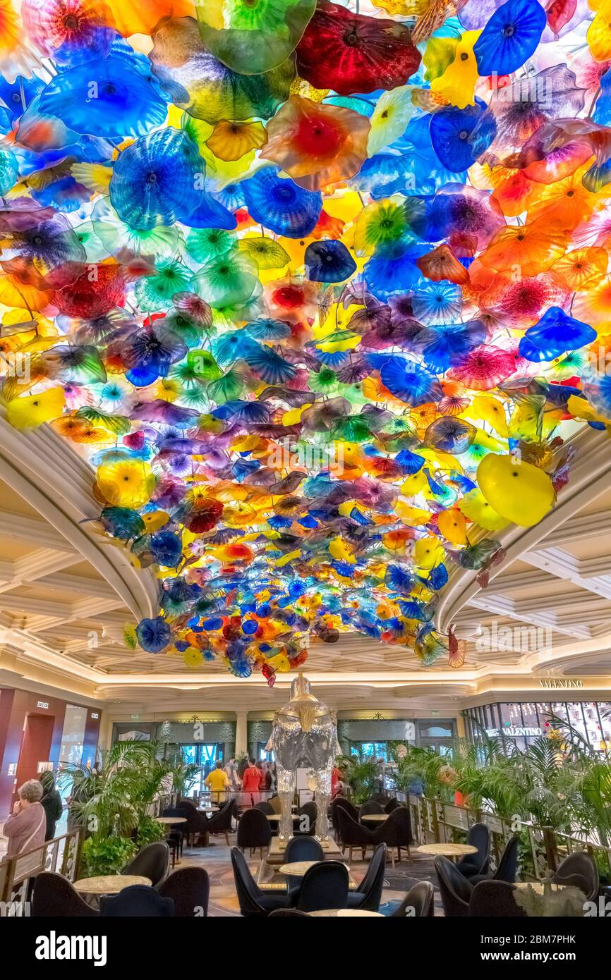 """""""Fiori di Como"""", a glass sculpture by Dale Chihuly on the lobby ceiling of the Bellagio Hotel and Casino, Las Vegas Strip, Las Vegas, Nevada, USA Stock Photo"""
