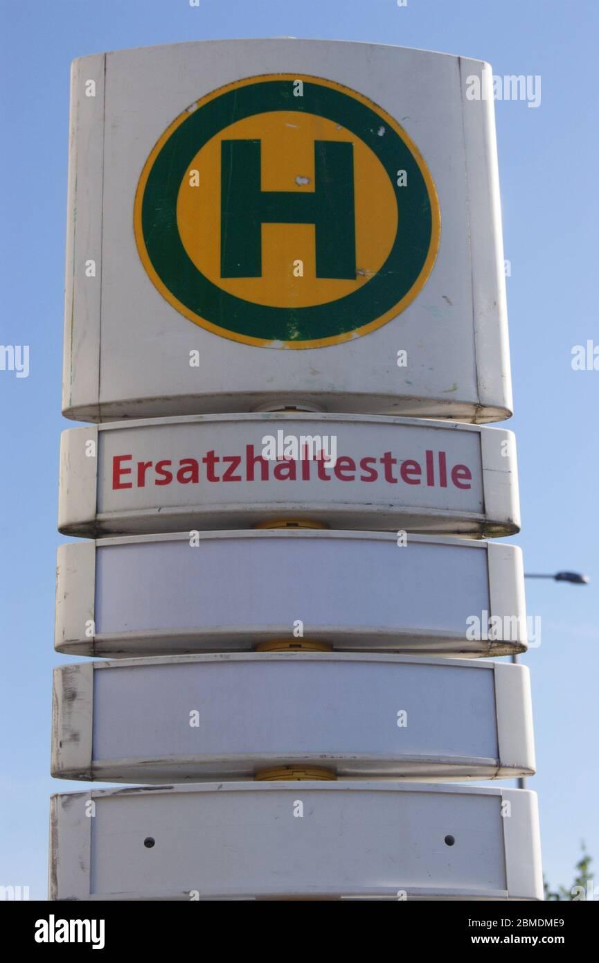 Schild einer Ersatzhaltestelle, wie es im Rahmen von Umleitungen aufgrund von Bauarbeiten oft zum Einsatz kommt. Stock Photo