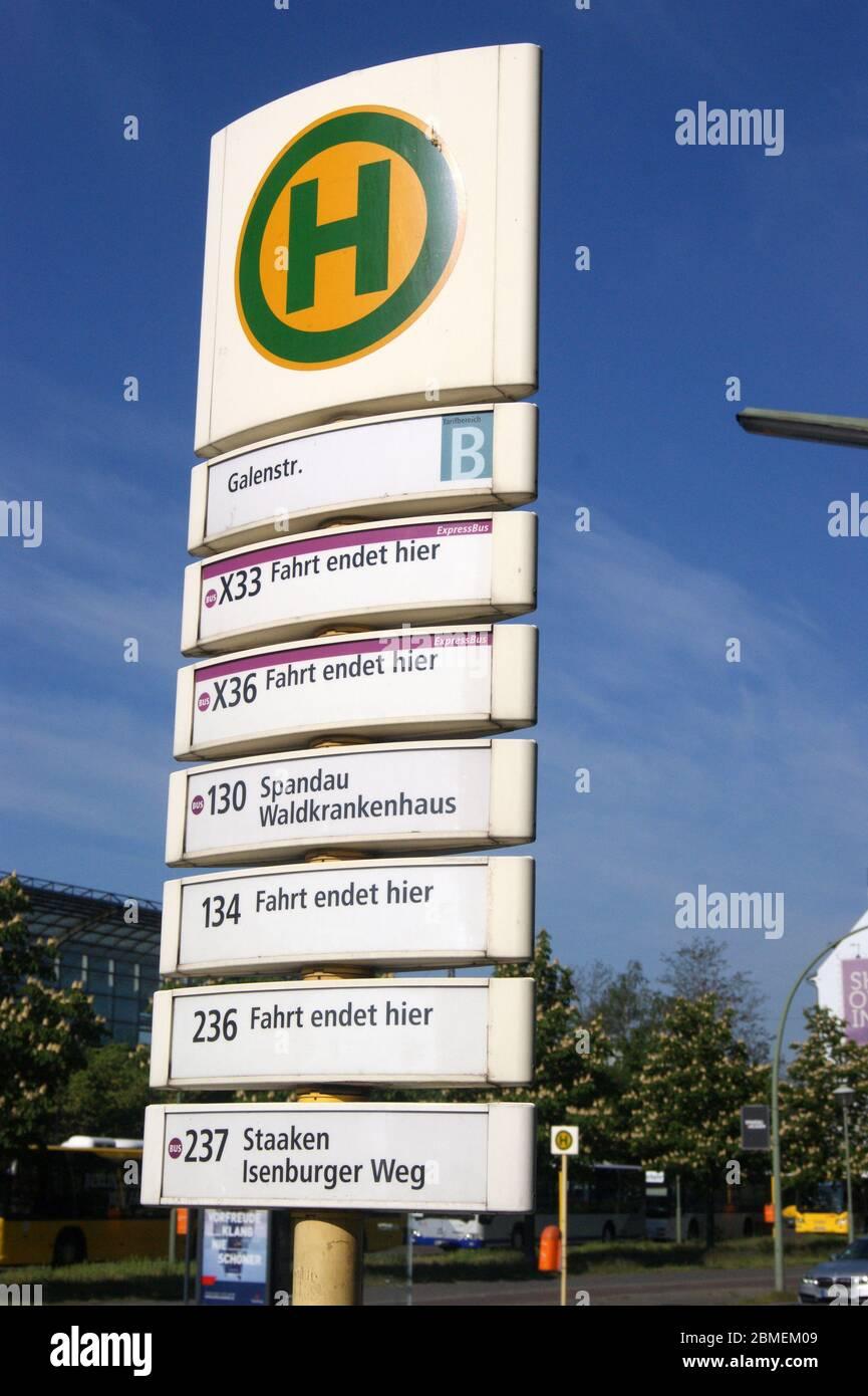 Die in Berlin-Spandau befindliche BVG-Bushaltestelle Galenstraße Ecke Seegefelder Straße. Stock Photo