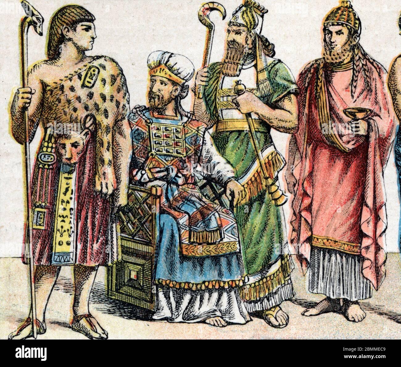 Costumes religieux dans l'Antiquite : de g a d portrait d'un Grand pretre egyptien, un Grand pretre hebreu, un roi assyrien en vetements d'officiant e Stock Photo