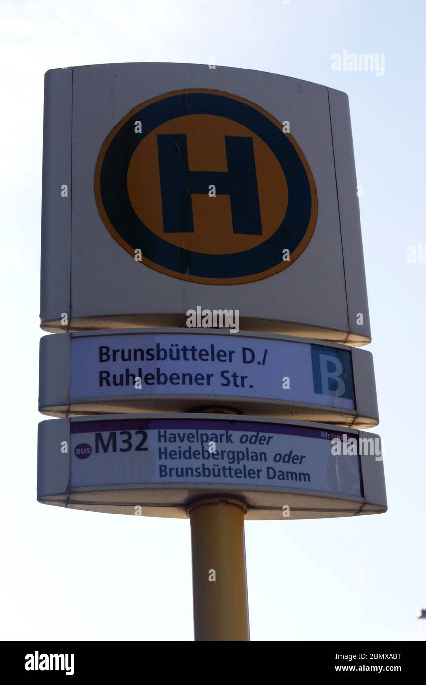 Die in Berlin-Spandau befindliche BVG-Bushaltestelle Brunsbütteler Damm Ecke Ruhlebener Straße. Stock Photo